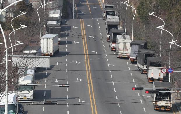 코로나19 여파로 지난달 현대차 울산공장이 멈춰서자 일감을 잃은 부품업체 납품 차량들이 산업단지 도로에 줄지어 멈춰섰다. 사진=연합뉴스