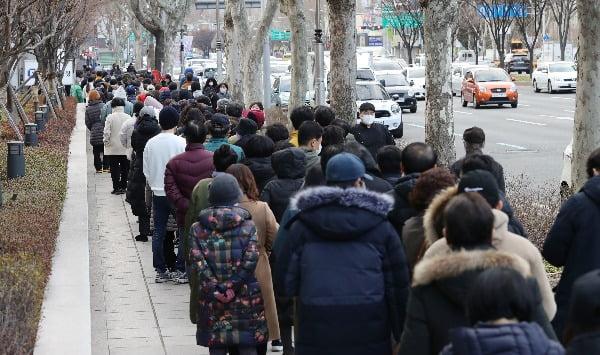 27일 오후 대구 수성우체국 앞에서 시민들이 정부가 공급하는 마스크를 구매하기 위해 줄을 서 있다. 사진=연합뉴스