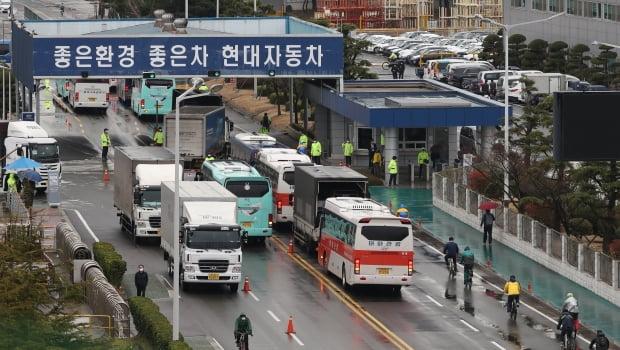 현대차 울산공장 오가는 버스와 납품차량. /사진=연합뉴스