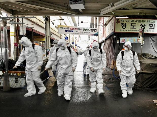 50사단 장병들로 구성된 육군 현장지원팀이 1일 대구시 중구 서문시장에서 신종 코로나바이러스 감염증(코로나19) 확산을 막기 위한 방역을 하고 있다. 사진=연합뉴스