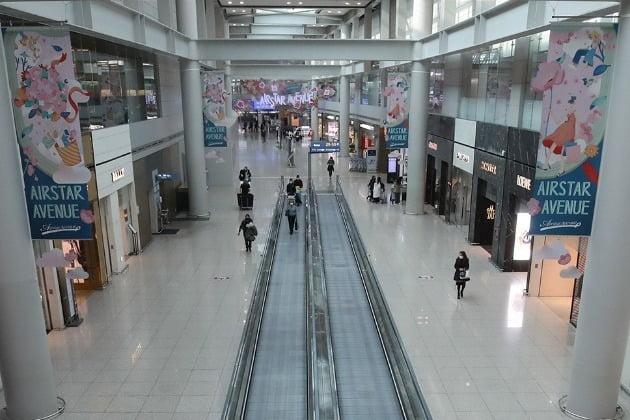 4일 오전 인천국제공항 1터미널 면세구역이 한산한 모습을 보이고 있다. 사진=연합뉴스