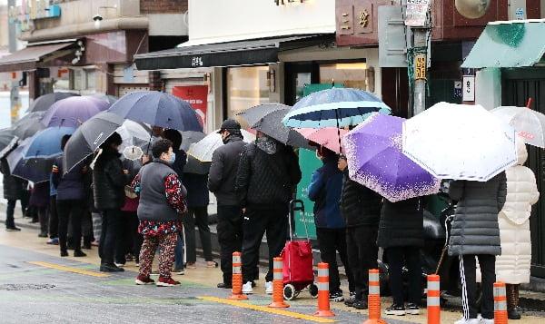 마스크 5부제 시행 이틀째인 10일 서울 주택가의 한 약국 앞에서 우산을 쓴 주민이 공적 마스크를 구매하기 위해 줄을 서 있다. 사진=연합뉴스