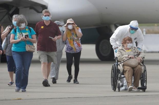 신종 코로나바이러스 감염증(코로나19)이 집단 발병한 미국 크루즈선 '그랜드 프린세스'호의 승선객들이 10일(현지시간) 미국 캘리포니아 주 오클랜드에서 하선해 전세기로 이동하고 있다. /사진=AP