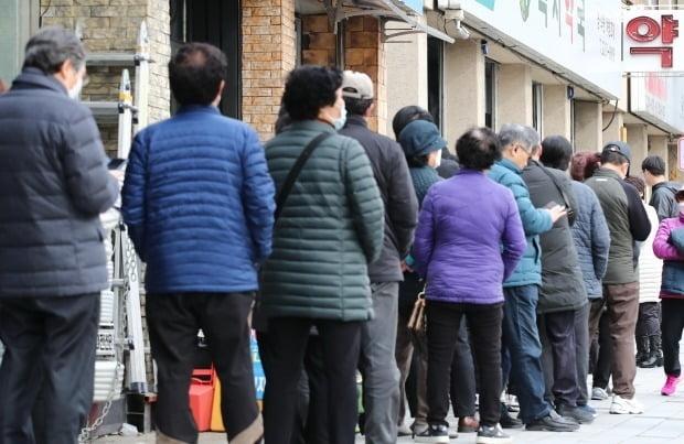 서울 동대문구의 한 약국에서 시민들이 마스크를 구매하기 위해 줄을 서고 있다. 사진=연합뉴스