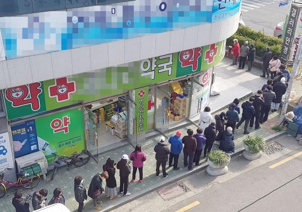 13일 부산 연제구에 있는 한 약국 앞에서 공적 마스크를 사려는 시민이 줄을 서 차례를 기다리고 있다. 사진=연합뉴스