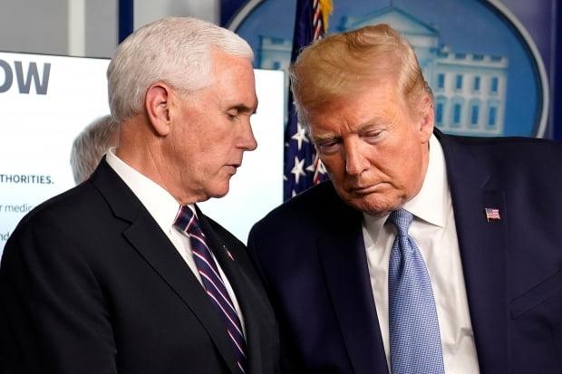 미국의 도널드 트럼프 대통령(오른쪽)과 마이크 펜스 부통령이 16일(현지시간) 백악관에서 열린 신종 코로나바이러스 감염증(코로나19) 대응 태스크포스(TF)의 언론 브리핑 도중 이야기를 나누고 있다. 사진=연합뉴스
