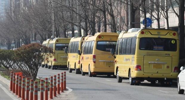 정부가 세 번째 개학 연기를 결정한 가운데 그동안 휴원했던 학원들이 개원 움직임을 보이고 있다. 사진은 17일 서울의 한 학원앞에 대기 중인 학생 수송 차량. /사진=연합뉴스