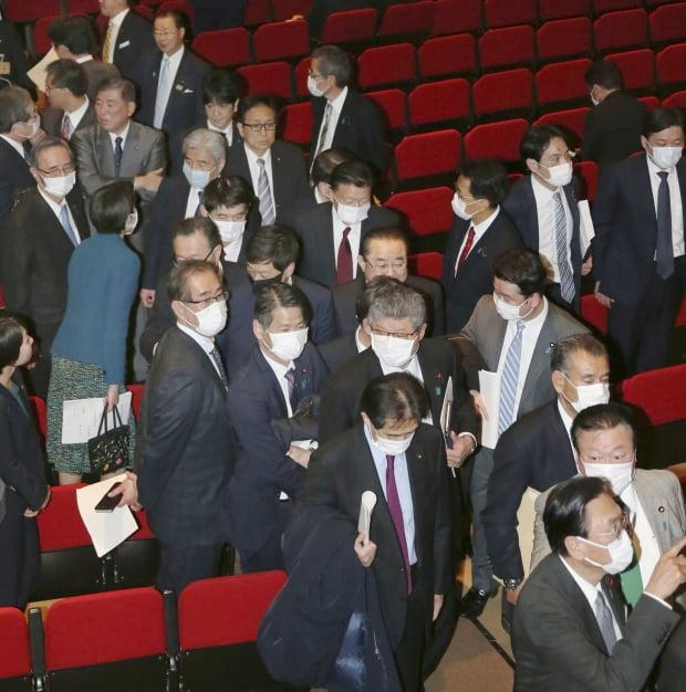 마스크 쓴 일본 자민당 국회의원들 / 사진=연합뉴스
