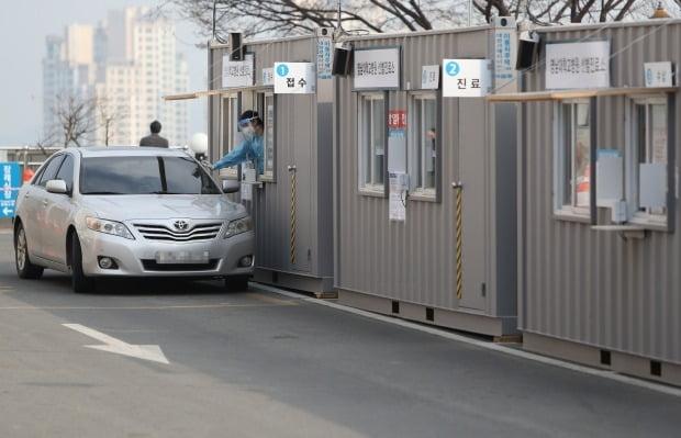 대구시 남구 대명동 영남대병원에 마련된 코로나19 드라이브 스루 선별진료소 모습. 사진=연합뉴스