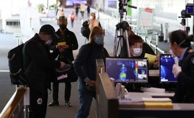 인천국제공항 1터미널에서 입국자들이 검역소를 통과하고 있다. 사진=연합뉴스