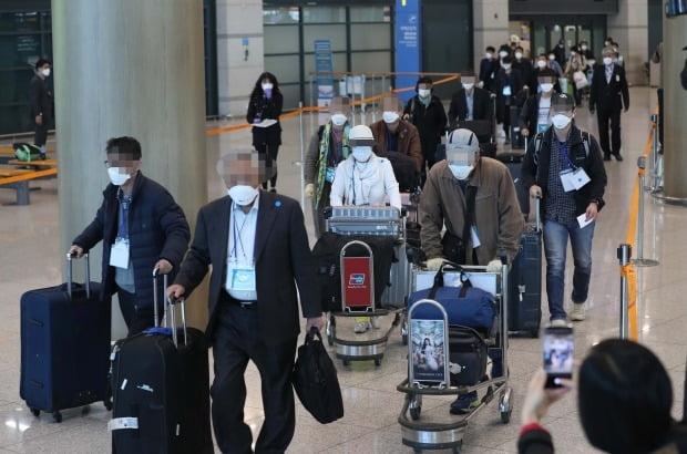 지난 19일 이란 교민들이 인천국제공항을 통해 귀국한 뒤 차량 탑승을 위해 이동하고 있다. /사진=연합뉴스