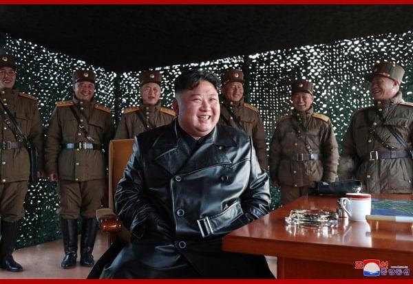 김정은 북한 국무위원장이 지난 21일 전술유도무기 시범사격을 참관했다고 조선중앙통신이 22일 보도했다. 사진=연합뉴스