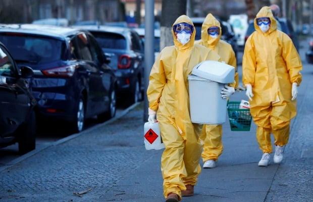 독일 베를린에서 의료진들이 코로나19 검사장비를 들고 이동하고 있다. 사진=로이터