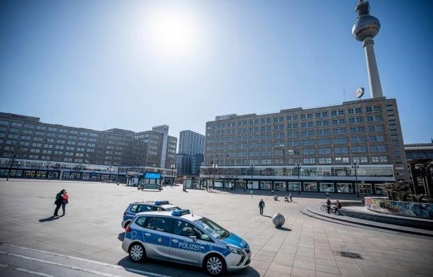 독일 베를린 도심 광장인 알렉산더플라츠에서 경찰차가 불법 모임 감시를 위한 순찰을 하고 있다. 독일은 코로나19 사태로 공공장소에서의 개인간 모임을 금지했다. 사진=AP