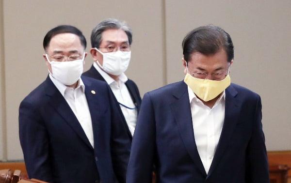 문재인 대통령이 24일 청와대에서 코로나19 관련 2차 비상경제회의에 입장하고 있다. 연합뉴스