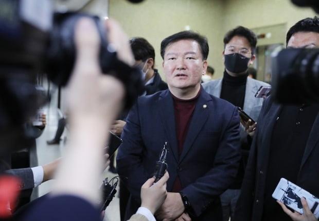 지난 24일 미래통합당 경선에서 공천이 확정된 민경욱 의원이 인터뷰를 하고 있다. /사진=연합뉴스