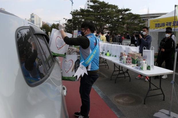 코로나19 극복을 위한 드라이브 스루 (사진=연합뉴스)