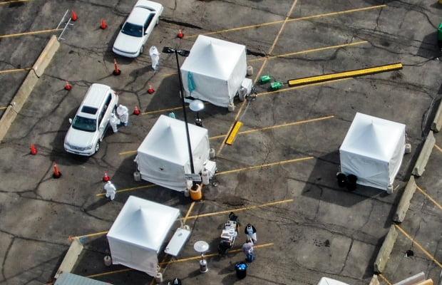 미국 일리노이 주 노스레이크의 한 월마트 주차장에 마련된 드라이브스루 검사소에서 24일(현지시간) 검역관들이 차량에 탑승한 의료 종사자들과 구조대원들을 대상으로 신종 코로나바이러스 감염증(코로나19) 진단 검사를 하고 있다. /사진=EPA(연합뉴스)