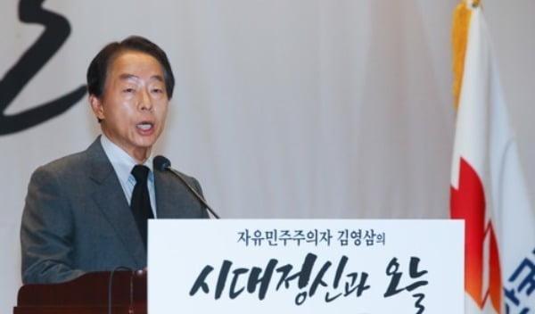 YS서거 4주기 유족 인사하는 김현철 교수. 사진=연합뉴스