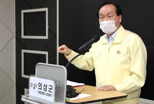 코로나19 확진자 브리핑하는 김주수 의성군수. 사진=연합뉴스