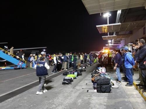 페루 국경봉쇄 조치로 고립 중인 한국인 200여명이 이번주 중 임시 항공편으로 귀국할 예정이라고 외교부가 23일 발표했다. 사진은 지난 20일 에콰도르를 빠져 나와 경유지인 멕시코에 도착한 한국인들. /연합뉴스