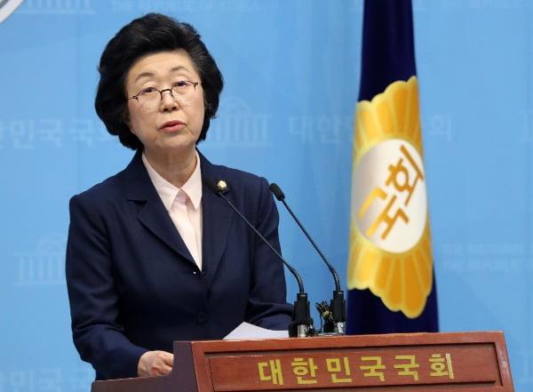 이은재 의원이 23일 오후 서울 여의도 국회 소통관 기자회견장에서 미래통합당 탈당을 밝히는 기자회견을 하고 있다. 사진=뉴스1