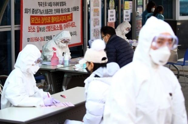 대구에서 코로나19 검사를 진행하고 있는 모습. 사진=연합뉴스