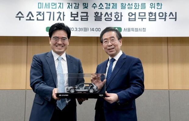 공영운 현대차 사장(왼쪽)과 박원순 서울시장(오른쪽)이 수소전기차 넥쏘 절개차 모형을 들고 기념촬영을 하고 있다. 사진=현대차