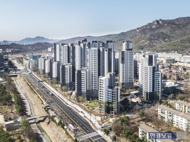 '과천 푸르지오 써밋'의 단지 전경. 4호선 과천역을 끼고 있는 1571가구의 대규모 아파트. (자료 대우건설)