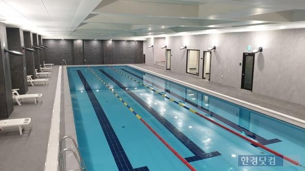 '과천 푸르지오 써밋' 에 마련된 실내 수영장. (사진 김하나 기자)