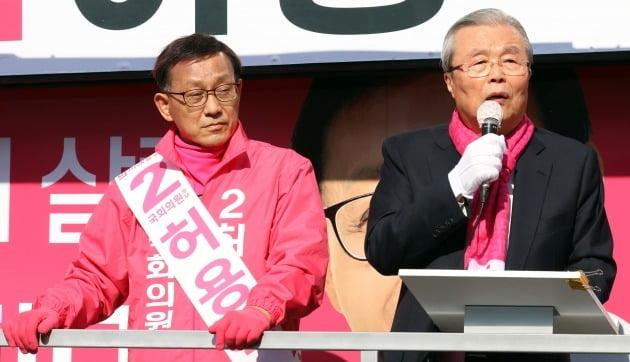 김종인 미래통합당 총괄선거대책위원장(오른쪽)이 9일 서울 은평을 허용석 후보 유세차에 올라 발언하고 있다. /뉴스1