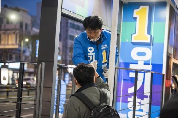 오기형 더불어민주당 서울 도봉을 후보가 지역 주민과 인사를 하고 있다. /사진=오 후보 측 제공