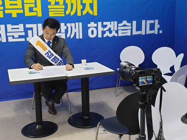 인터뷰를 준비하는 '분당갑' 김병관 더불어민주당 후보 [사진=강경주 한경닷컴 기자]