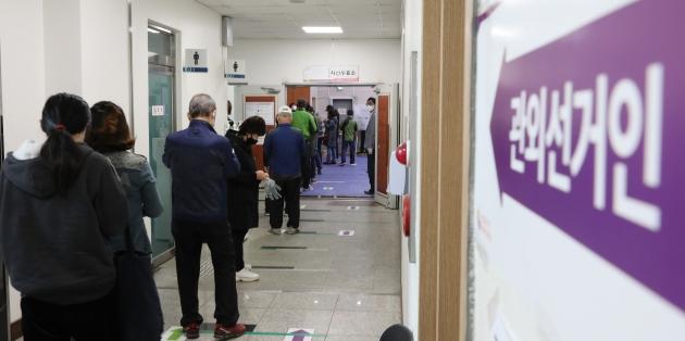 사전투표소를 찾은 유권자들이 투표하기 위해 길게 줄지어 순서를 기다리고 있다. 사진=뉴스1
