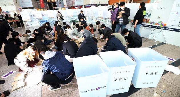 21대 국회의원 사전투표가 끝난 11일 오후 서울역 사전투표소에서 관계자들이 투표용지를 분류하고 있다.  /연합뉴스