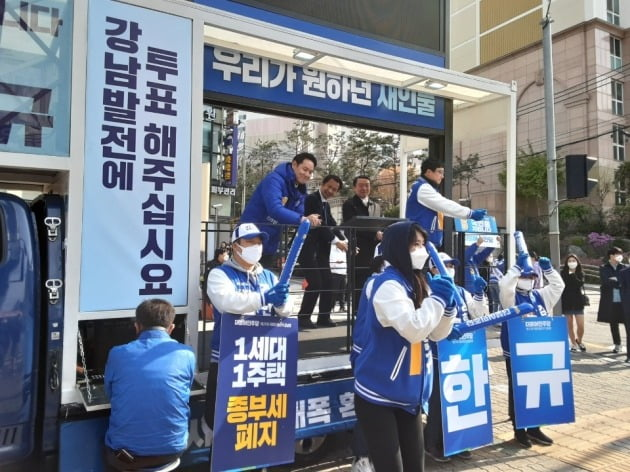 유세차에서 지지를 호소하는 '강남병' 김한규 더불어민주당 후보 [사진=김한규 선거캠프]