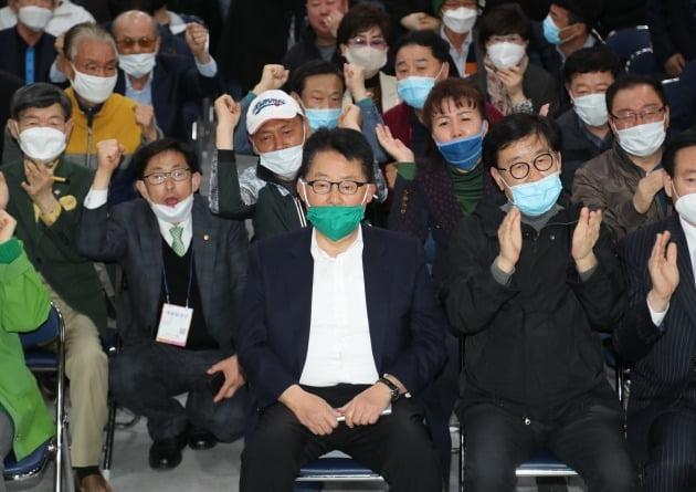 전남 목포에 출마한 박지원 민생당 후보가 15일 오후 전남 목포시 선거캠프에서 각 방송사의 출구조사 결과를 심각한 표정으로 지켜보고 있다. /사진=연합뉴스