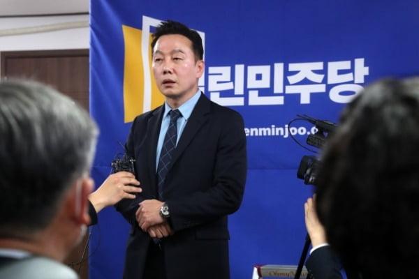 정봉주 열린민주당 공동선대위원장이 25일 서울 영등포구 여의도 당사에 마련된 제21대 국회의원선거 개표상황실에서 출구조사 결과가 발표된 뒤 입장을 밝히고 있다. /사진=뉴스1