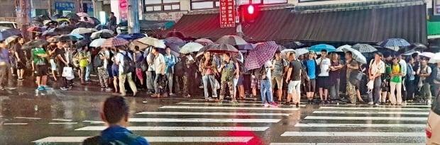 새벽부터 비가 내리는 가운데서도 서울 구로동 남구로역 주변 인력시장에 일용직 일자리를 구하러 나온 사람이 몰려 장사진을 이루고 있다. / 사진=한경DB