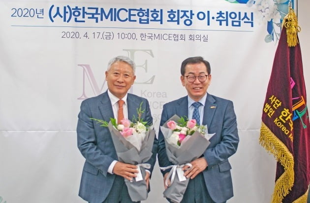 김춘추 킴스트래블 대표(왼쪽)가 17일 9대 한국마이스협회 9대 회장에 취임했다. 6년 임기를 마친 김응수 전 회장(오른쪽)은 이날 협회 명예회장에 추대됐다. / 한국마이스협회 제공