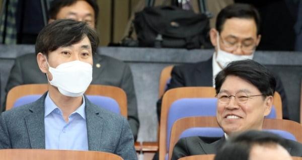 하태경·장제원 미래통합당 의원(왼쪽부터)이 20일 서울 여의도 국회에서 열린 비공개 의원총회에서 대화를 하고 있다. /사진=뉴스1