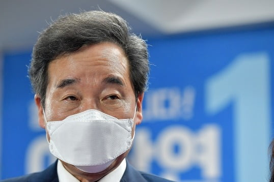 이낙연 전 총리가15일 자신의 서울 종로 선거사무소 상황실에서 21대 국회의원선거 당선을 확정한 뒤 소감 발표를 준비하고 있다. 뉴스1