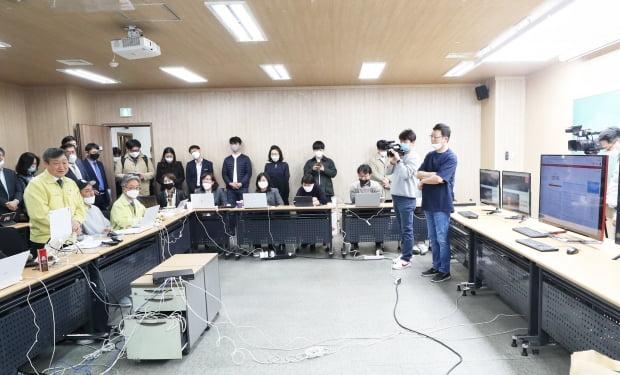 김유열 EBS 부사장(오른쪽 첫번째)이 서울 구로동 'EBS 긴급상황실'에서 박백범 교육부 차관(왼쪽 앞 줄 첫번째)과 김명중 EBS 사장(왼쪽 앞줄 세번째), 유관기관 관계자 앞에서 EBS 온라인클래스 운영상황을 설명하고 있다. 교육부 제공