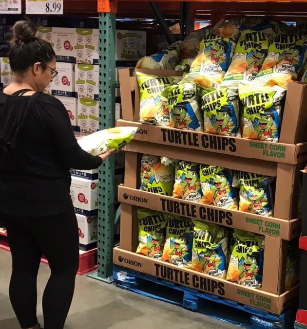 미국 캐나다 등 12개국에 수출 중인 오리온 꼬북칩이 해외 누적 매출액 100억원을 달성했다. 꼬북칩은 미국 코스트코에서 판매되고 있다. (사진 = 오리온)
