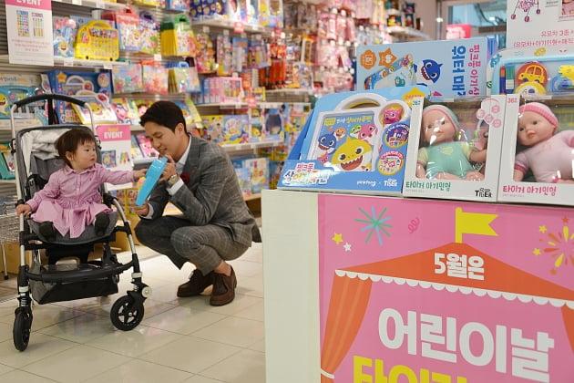 부산 롯데백화점,어린이날 특수잡기 행사 진행