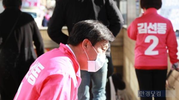 김선동 미래통합당 도봉을 후보가 9일 오전 서울 도봉구 창동 쌍문역 인근에서 유권자들을 만나 지지를 호소하고 있다. /사진=조상현 한경닷컴 기자 doyttt@hankyung.com
