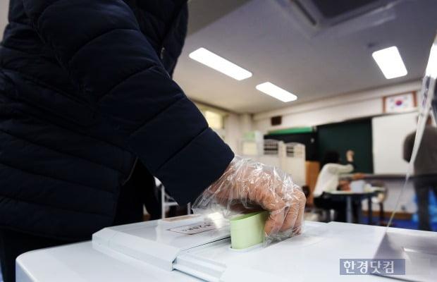 제21대 국회의원 선거일인 15일 오전 서울 방배동 서래초등학교 방배본동제2투표소에서 유권자들이 투표를 하고 있다. 사진=최혁 한경닷컴 기자 chokob@hankyung.com