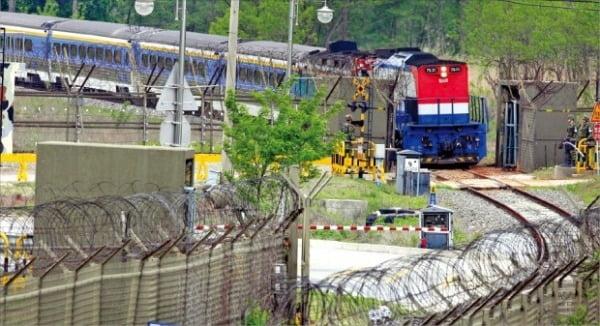2007년 5월 경의선 시험운행에 투입된 열차가 개성에서 돌아오는 모습. 한경DB