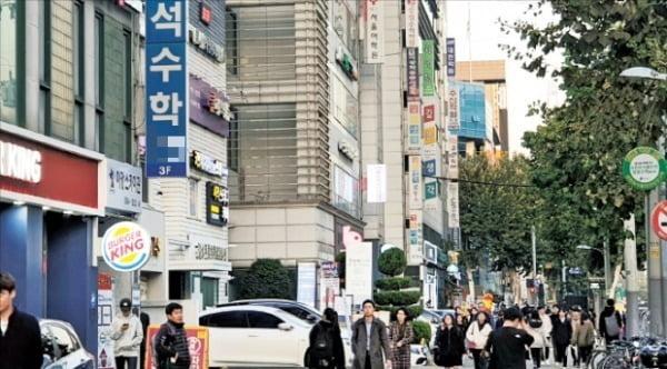 서울 대치동 은마아파트 주변에 형성된 학원가 모습.  /한경DB