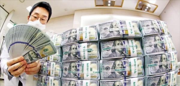 하나은행 직원이 서울 을지로 본점 위변조대응센터에서 달러화를 정리하고 있다.  연합뉴스
